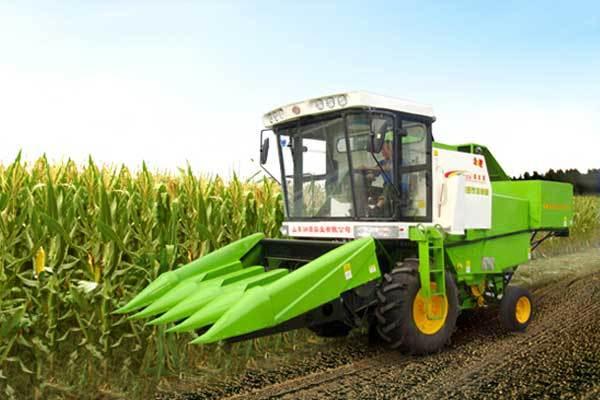 机加宽、加长,配置4行玉米割台,收割效率更高,损失率低.   润高清图片