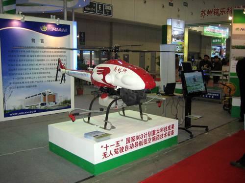 南机所展出的无人驾驶自动导航低度空低量施药技术装备