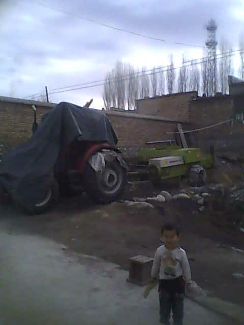 出售克拉斯65型捆草机和东方红904拖拉机 高清图片