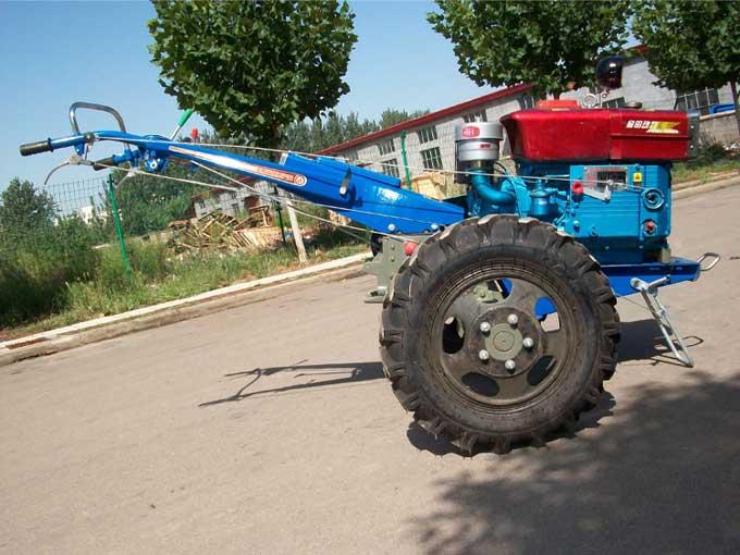 千里牛—151型独家开发的专利产品,该机具有地隙高、轮距宽、结构强度大、稳定性好等特点,能满足东北地区多方面的农业使用要求,配上不同的农机具,可以进行犁耕、旋耕、平整、碎土、收割、果树园喷洒农药、排灌等多种田间作业。配上拖车可以进行短途运输。