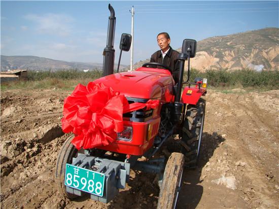 常州东风农机向静宁县农机手冯义赠送拖拉机
