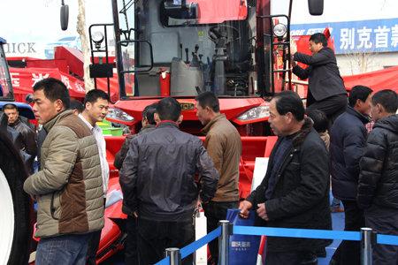 雷沃m1354拖拉机、雷沃谷神cc03玉米收割机、雷沃谷神rg高清图片