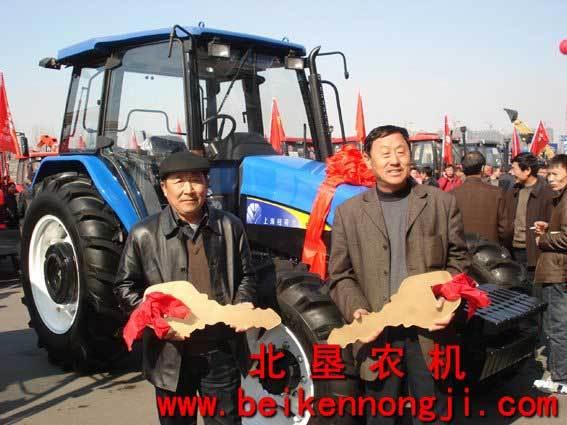 机械化项目交车仪式中,购买snh904和snh1004拖拉机的两位用高清图片