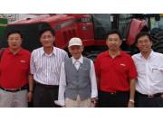 蒋亦元院士参观哈洽会上的凯斯拖拉机