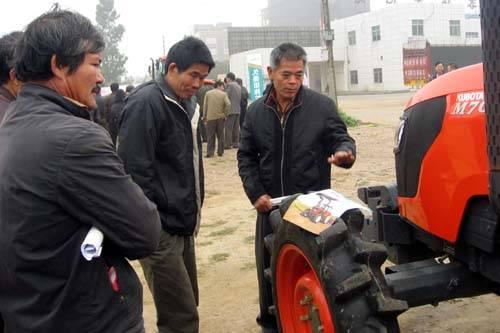 农机手在谈论久保田拖拉机的性能