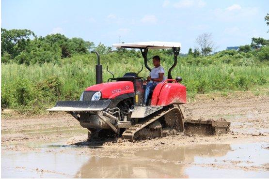 东方红轻型履带拖拉机产品演示会取得圆满成功