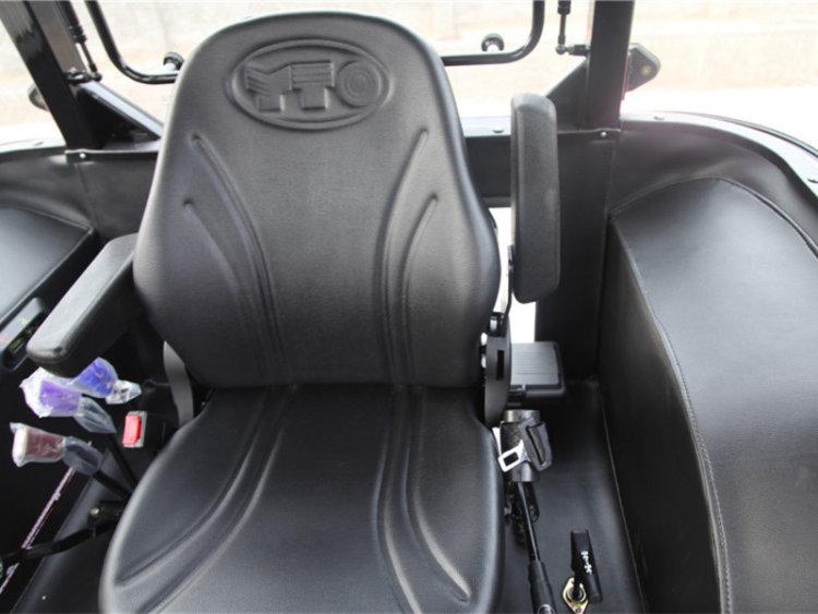1、配套高压共轨发动机,动力强劲,节能环保。 2、 变速箱档位多,速度范围宽,农田作业效率高。 3、后轮轮距无级可调,满足各种农艺需求。 4、具有独立油路的全液压转向系统,转向轻便,安全可靠。 5、自增力制动结构,制动安全可靠。 6、电控动力输出和差速锁操纵舒适简便。 7、主离合器采用气助力机构,踏板力小,操纵轻便。 8、400L大容积燃油箱,一次加油可满足长时作业。 9、 3组液压输出接口,满足折叠耙、翻转犁等各种作业需求。 10、标配后双轮,整机牵引力大,满足大型农具进行复式作业。 11、新款全封闭驾