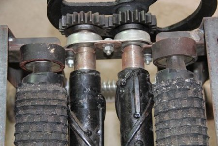 主动轴通过皮带轮,三角带与电机连接