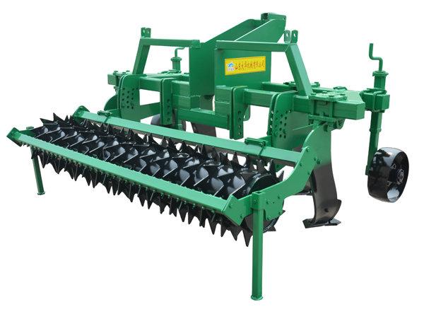 """1、作业质量高:深松铲采用特种弧面倒梯型设计,作业时不打乱土层、不翻土,实现全方位深松,形成贯通作业行的""""鼠道"""",松后地表平整,保持植被的完整性,经过重型镇压辊镇压提高保墒效果,可最大程度的减少土壤失墒,更利于免耕播种作业;  2、适应性强:采用高隙加强铲座和三排梁框架结构,可适用于不同质地及有大量秸秆覆盖的土壤进行作业,避免堵塞提高机具通过性。单铲可进行20公分以内的行距调整,满足各地农艺和技术要求,根据配套动力还可选择大、小两种深松铲,适宜深松深度为25~50公分,极限深度达到"""