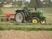 迪尔2130拖拉机和库恩搂草机