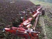芬特930拖拉机和库恩九铧犁