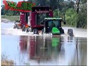 约翰迪尔拖拉机和凯斯7088收割机涉水行进作业视频