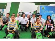 约翰迪尔向建三江幼儿园赠送迪尔农机玩具