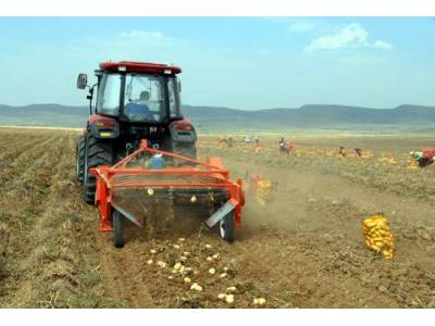 五征馬鈴薯全程作業機械在內蒙古盛裝演示