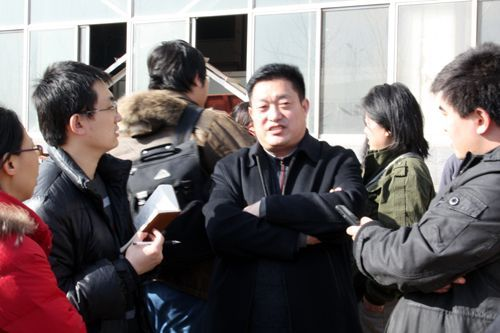 图为天人农机公司总经理刘晓春(中)接受记者采访