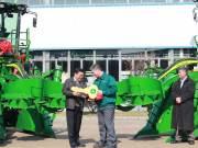 首批约翰迪尔CH330新型甘蔗收割机交付使用