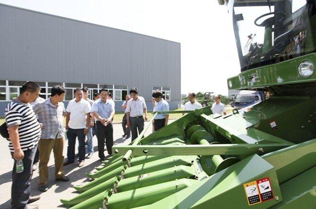 用户们围着谷王玉米机评头论足,兴致十分高昂