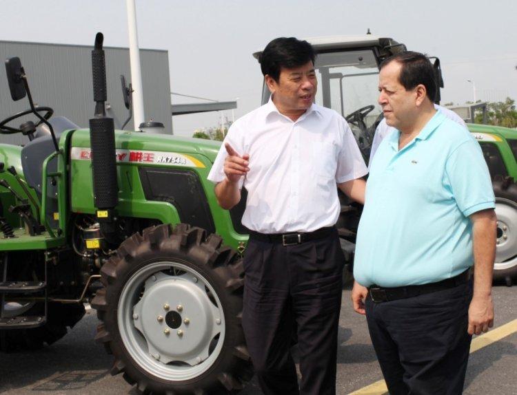 王金富总经理向格雷多大使详细介绍奇瑞重工全系列产品组合