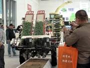 洋马推出国内首台乘坐式全自动蔬菜移栽机