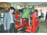 山东省青岛市平度县农民造出大葱收获机