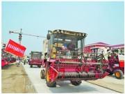 青岛五千台联合收割机走四方 平板拖车全程跟随送地头