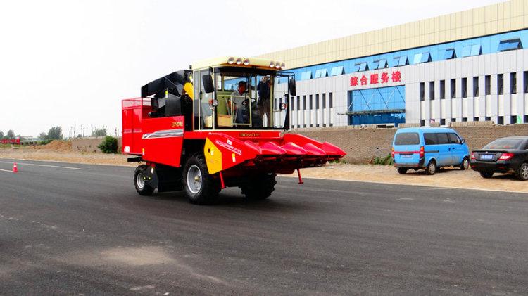 客户试驾中农博远4YZB-4玉米收获机