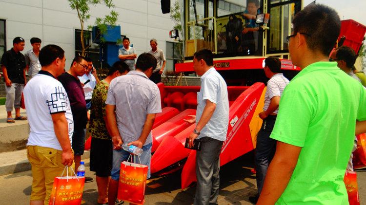 试驾农机手们对中农博远4YZB-4玉米机兴趣浓厚