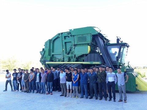 新疆银丰公司学员与约翰迪尔讲师在CP690采棉机前合影留念