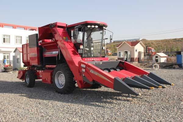 新疆牧神4YZB-4型自走式玉米联合收获机