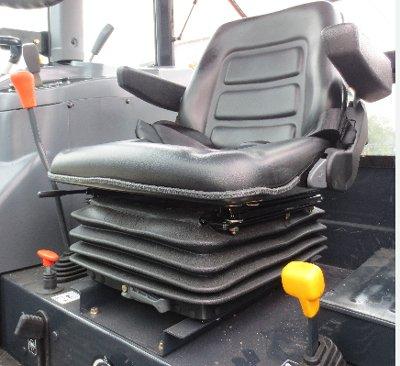 东风井关T954拖拉机带有减震功能的高级座椅