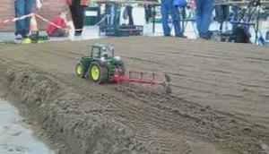 會耕地的拖拉機模型!