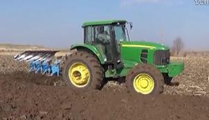 郑州龙丰B系列450蓝色栅条犁配套约翰迪尔1654高茬玉米地耕作视频