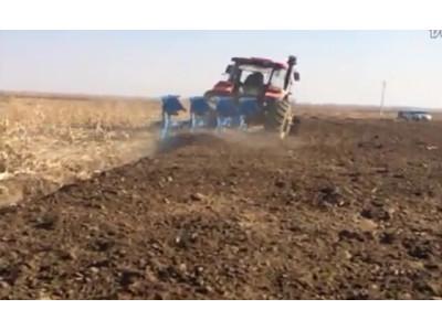 郑州龙丰B系列450蓝色镜面犁配套东方红1804高茬玉米地作业视频