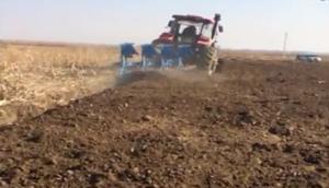 鄭州龍豐B系列450藍色鏡面犁配套東方紅1804高茬玉米地作業視頻