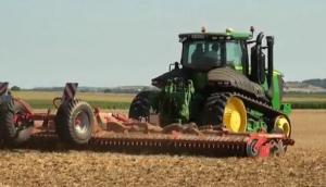 约翰迪尔9560拖拉机犁地作业视频